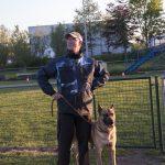 Hond en geleider staan te wachten